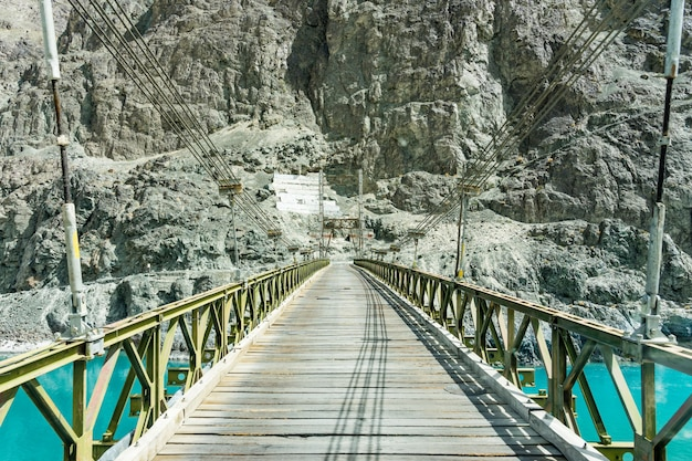 Pont traversant la rivière shyok dans la vallée de la nubra à turtuk, leh ladakh.