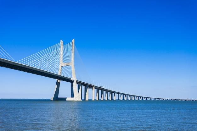 Le pont vasco de gama à lisbonne, portugal. c'est le pont le plus long d'europe