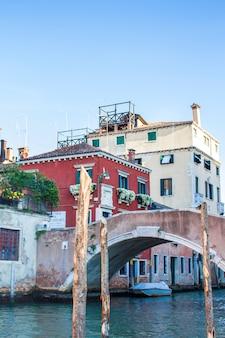 Pont vénitien et maisons. lagons de venise