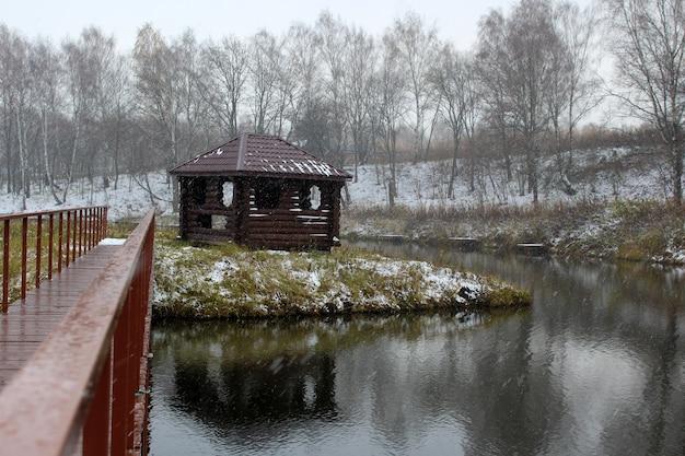 Pont vers un belvédère en bois sur l'île
