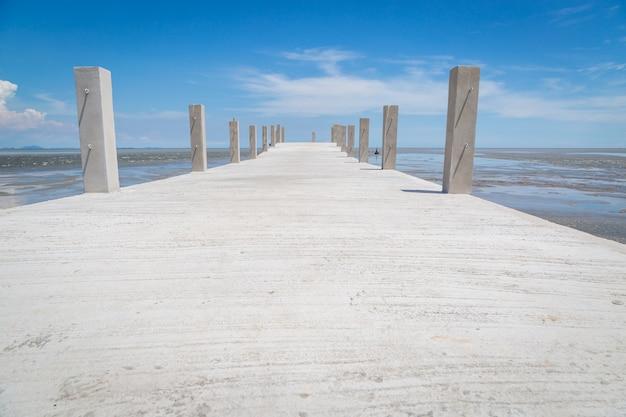Pont vers la mer avec fond de ciel bleu