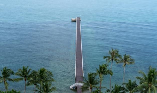 Le pont vers la mer. vue tropicale avec un pont en béton à une jetée sur l'océan bleu. vue de dessus.