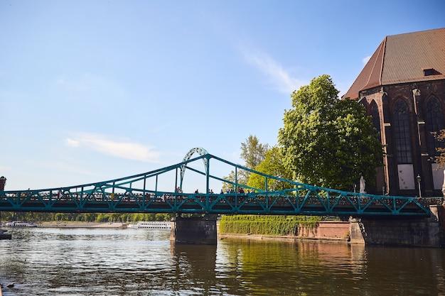 Pont vert orné de nombreuses serrures et coeurs d'amour, à wroclaw