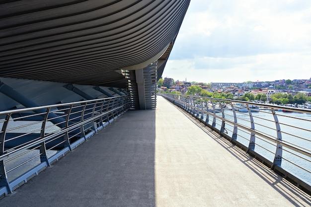 Pont vide avec un ciel bleu en journée ensoleillée et vue sur la ville. le métro de la corne d'or rend vide à istanbul pendant la quarantaine