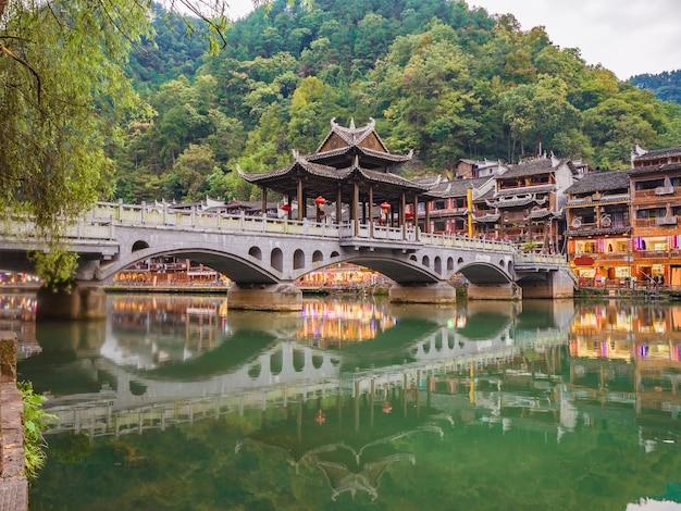 Pont de la vieille ville de fenghuang avec vue panoramique sur la vieille ville de fenghuang .phoenix ancienne ville ou comté de fenghuang est un comté de la province du hunan, chine