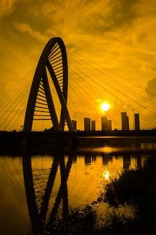 Le pont avec la ville