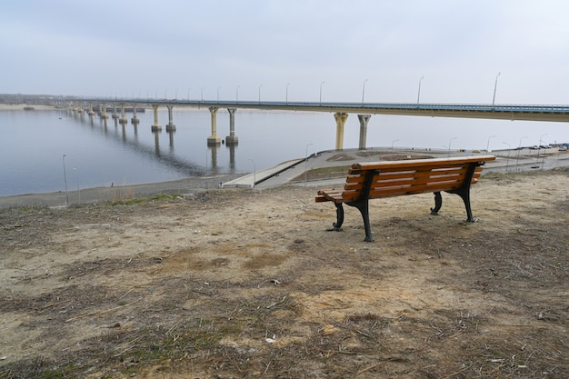 Pont de volgograd sur la volga, l'une des plus grandes infrastructures de transport d'importance russe. le