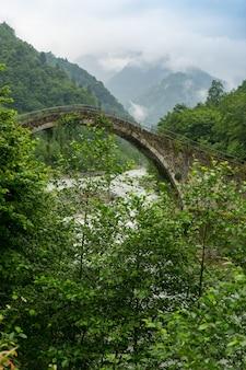 Pont voûté sur la rivière firtina dans le nord de la turquie