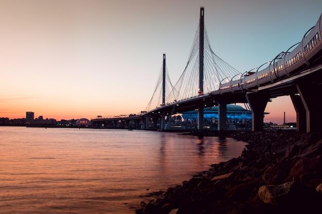 Pont de la whsd à saint-pétersbourg le soir au coucher du soleil