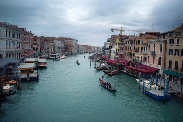 Ponte rialto et gondole à venise en italie