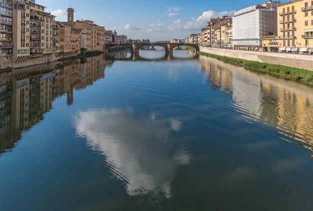 Ponte vecchio sur le fleuve arno à florence, italie