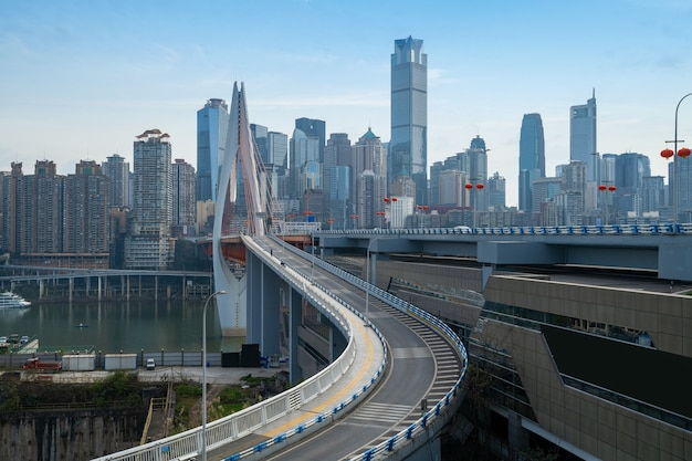 Ponts, autoroutes et horizons urbains à chongqing, chine