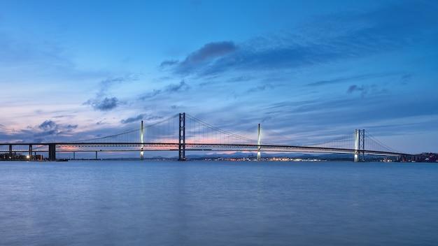 Ponts contre le ciel coucher de soleil forth road bridge et queensferry crossing scotland royaume-uni
