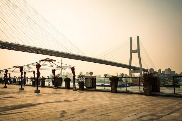 Un des ponts les plus importants entre shanghai: shanghai nanpu bridge.