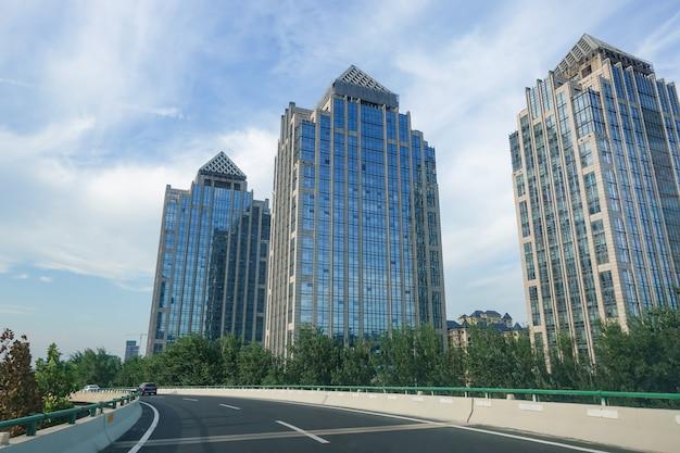 Ponts routiers et immeubles de bureaux de la ville moderne