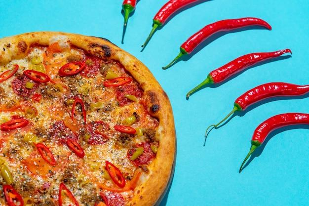 Pop art design créatif délicieuse pizza italienne sur mur bleu