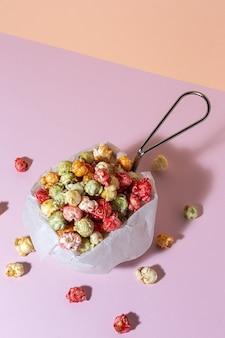 Pop-corn coloré fait maison sur table colorée avec une lumière à contraste élevé. concept de collation