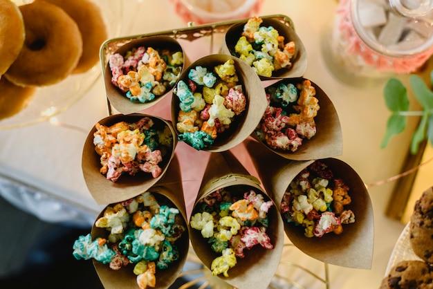 Pop corn dans une barre chocolatée joliment décorée de friandises lors d'un événement vintage.