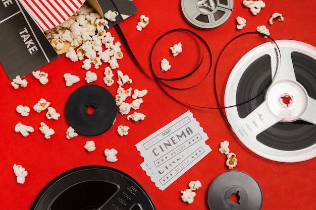 Pop-corn avec équipement de cinéma à côté
