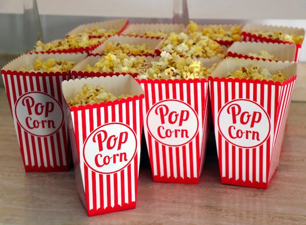 Le pop-corn est sur la table. fermer