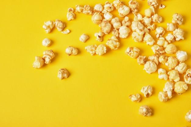 Pop-corn sur un fond jaune copie espace vue de dessus