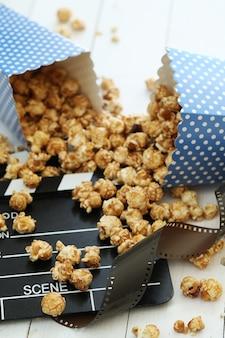 Pop-corn et presse-papiers et clins