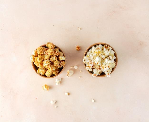 Pop-corn salé et sucré dans deux bols en papier brun