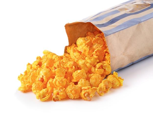 Pop-corn sucré sur fond blanc