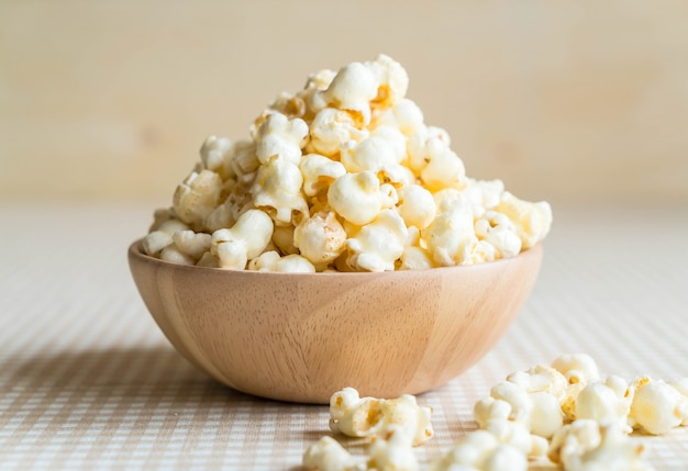 Popcorn au caramel sur la table