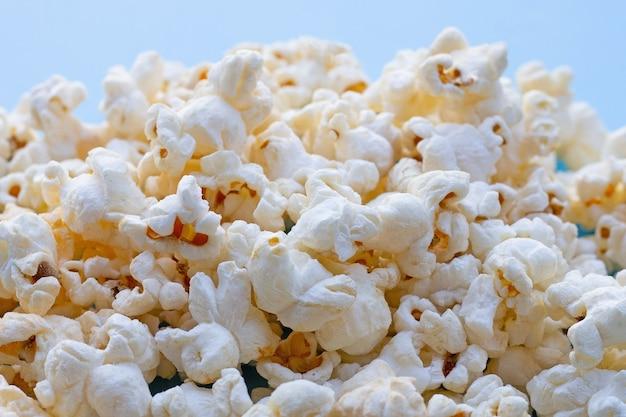 Popcorn sur bleu. copier l'espace