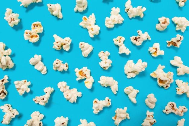 Popcorn sur bleu