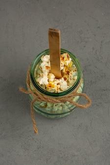 Popcorn en boîte une vue de dessus sur un bureau gris