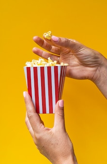 Popcorn dans une boîte blanche avec des rayures rouges