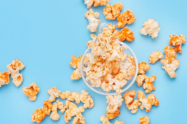 Popcorn dans un bol sur bleu