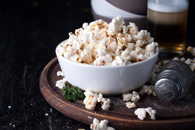 Popcorn dans un bol sur fond en bois