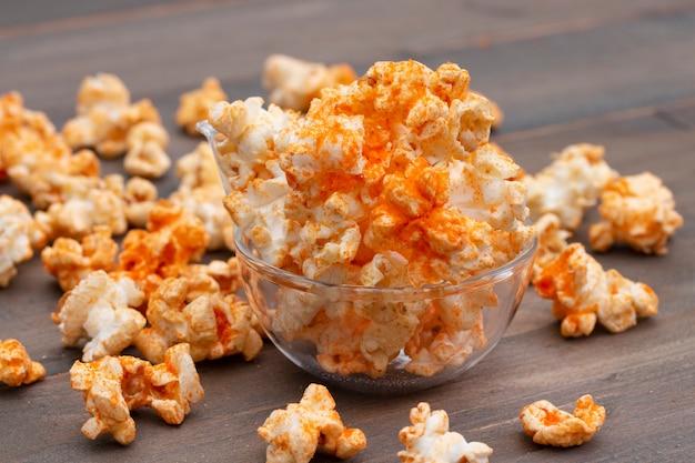 Popcorn dans un bol sur une table en bois