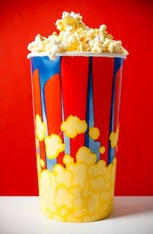 Popcorn dans un seau rayé