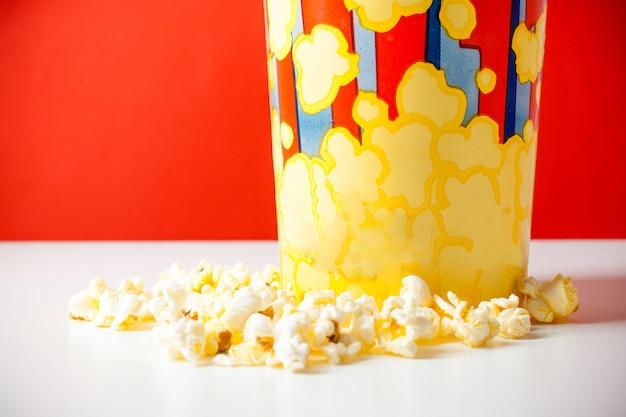 Popcorn dans un seau à rayures