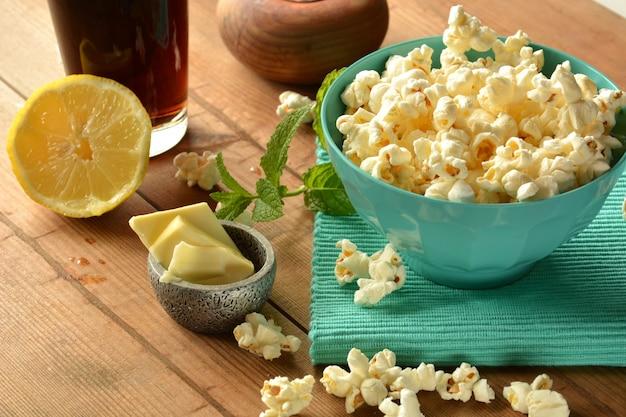 Popcorn avec du beurre et du sel accompagné de cola