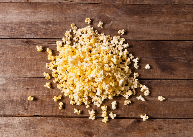 Popcorn sur fond en bois