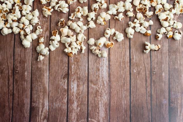 Popcorn fraîchement préparé sur une table en bois ancienne et rustique