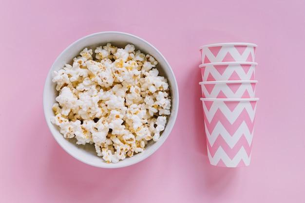Popcorn et gobelets en papier