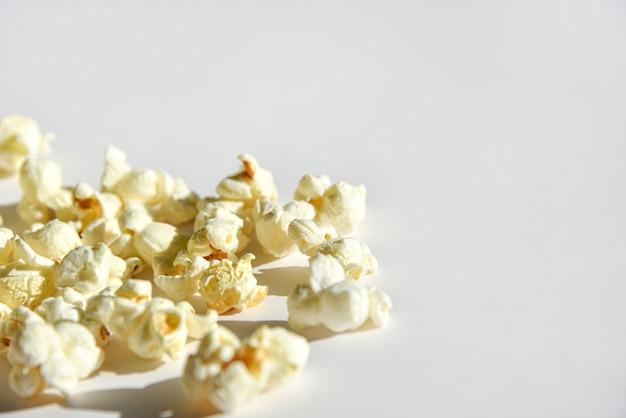 Popcorn isolé sur fond blanc