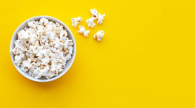 Popcorn sur jaune. copier l'espace