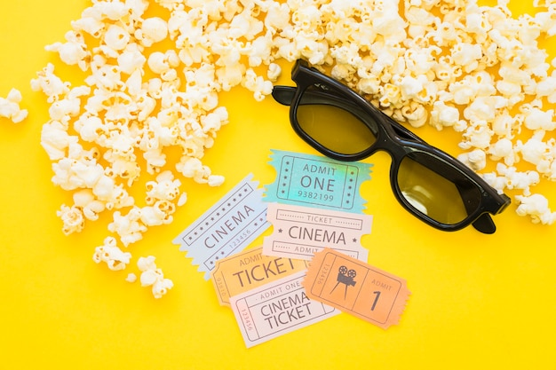 Popcorn, lunettes de soleil et billets de films