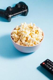 Popcorn à minsk un joystick de jeu et une télécommande de télévision