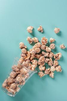Popcorn sucré gastronomique dans un gobelet en plastique. saveur caramel. vue de dessus