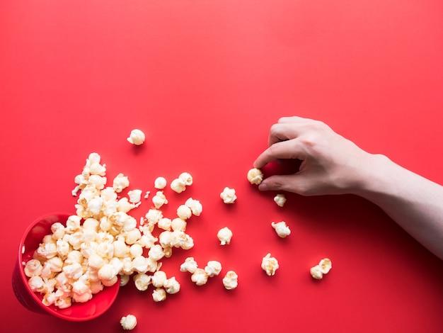 Popcorn vu de dessus sur fond rouge.