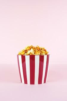 Popcorns dans un seau pour une session de film