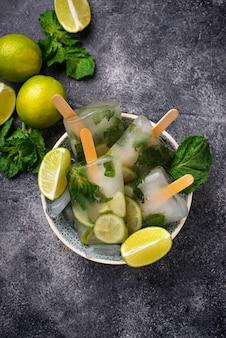 Popsicle cocktail mojito à la menthe, citron vert et rhum